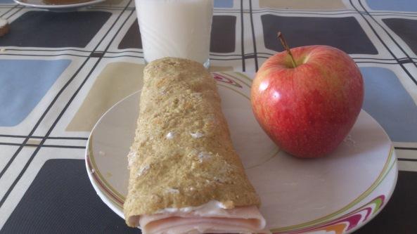 DESAYUNO #1: Crepe de avena con queso fresco batido y pavo/ manzana/ 1 vaso leche desnatada